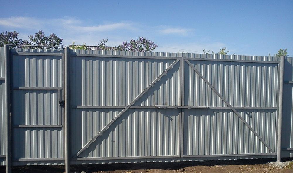 Забор с калиткой из профлиста